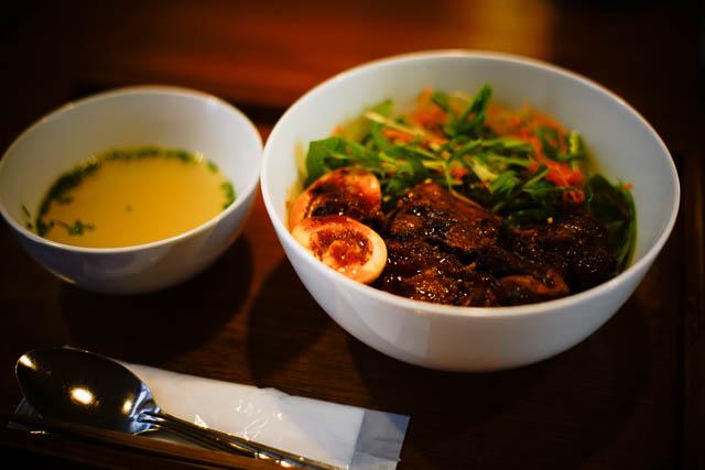名護アジア食堂みのり屋 アドボ丼 煮玉子付(フィリピン風豚軟骨煮込み)