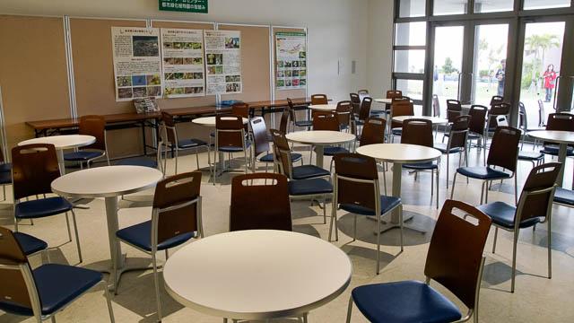 美ら海プラザ(総合休憩所)の休憩用テーブル席