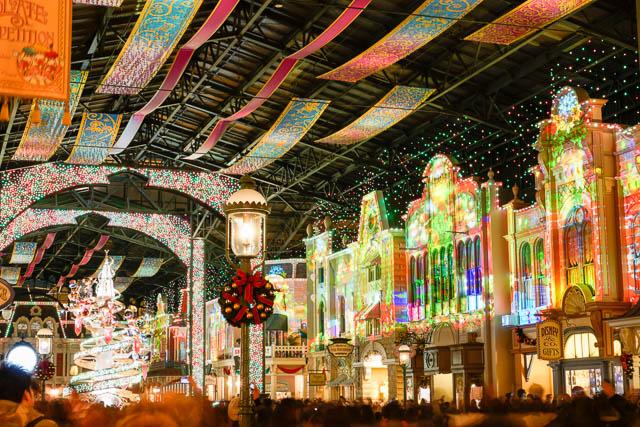 【ディズニーリゾート】夜景やイルミネーションの撮影に便利!三脚代わりの自作ビーンズバッグで長時間露光に挑戦 ワールドバザール・セレブレーションストリート プロジェクションマッピング(クリスマスバージョン)